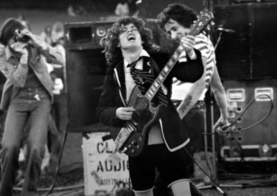 ACDC - Angust Young source: https://www.blick.ch/incoming/volle-pulle-angus-young-laesst-es-mit-ac-dc-wie-frueher-krachen-id3275194.html